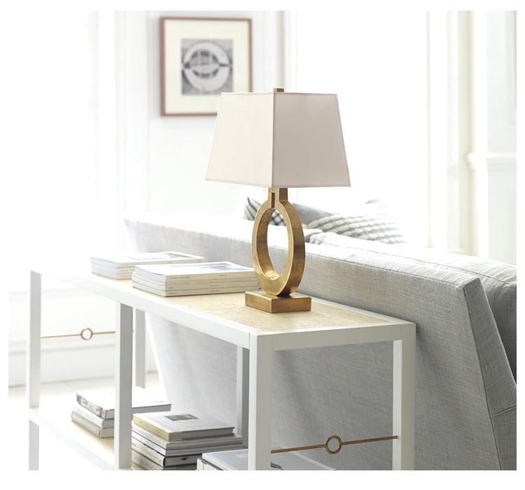 Đèn ngủ Milina chân đế đồng trong không gian phòng khách