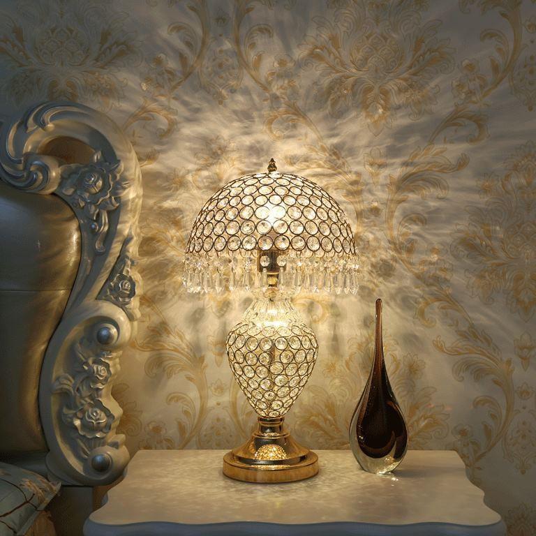 Đèn để bàn Queen với thiết kế pha lê rực rỡ sẽ đem lại không gian sang trọng cho nhà bạn