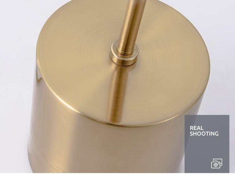 Phần đế đèn và thân đèn được làm bằng kim loại và trải qua lớp mạ vàng thời thượng