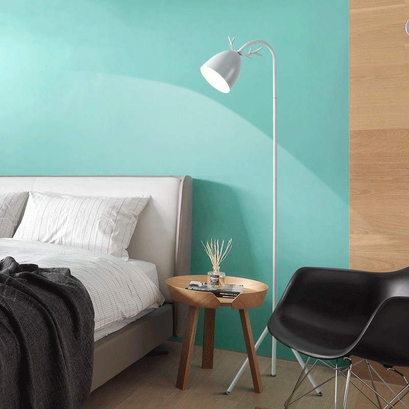Còn đèn cây đứng Pastel Late trắng lại tạo nên màu sắc trung hòa, nhẹ nhàng
