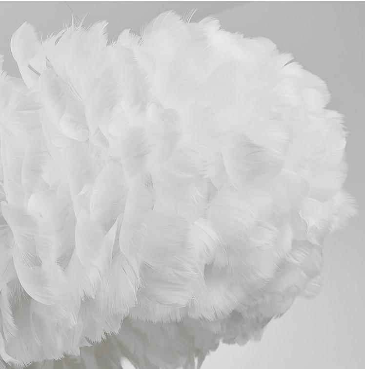 Lông vũ của đèn thả trần Romeo De Juliet được làm bằng vật liệu giả lông siêu mịn. Cực kỳ rất ít bám bụi