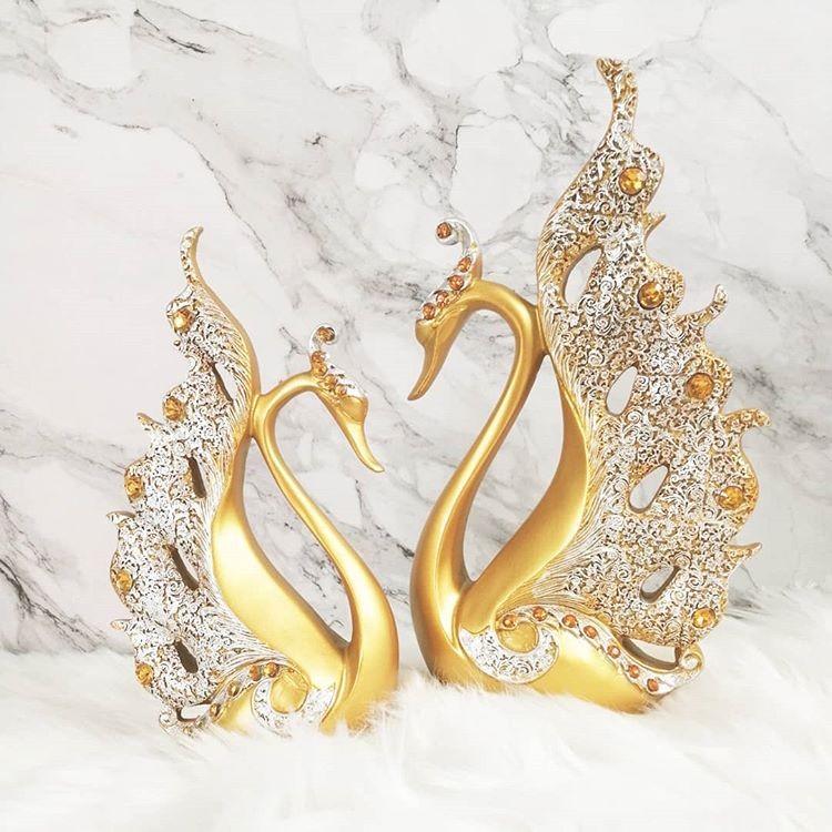 Tượng thiên nga Royal Elizabethz với màu vàng hoàng kim rực rỡ, sẽ điểm tô cho không gian nhà bạn thêm sang trọng và quý phái