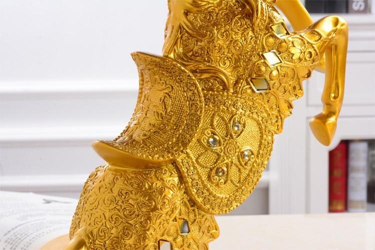 Tượng thần kim hoàng mã được điêu khắc hoa văn và mạ vàng rất đẹp