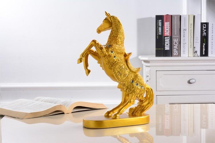Hình ảnh quyền uy qua dáng ngựa của tượng hoàng kim thần mã