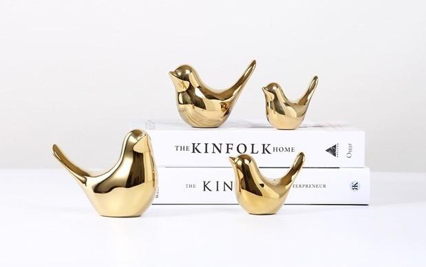 Tượng trang trí chim gốm mạ vàng thường được sử dụng trong các không gian như bàn làm việc, bàn trang điểm và phòng khách