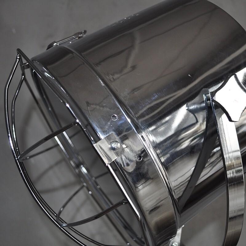 Phần chụp của đèn được làm bằng thép không rỉ