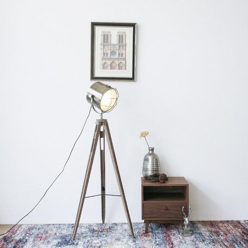 Lối thiết kế độc đáo pha lẫn hiện đại và cổ điển của đèn cây đứng Firmost