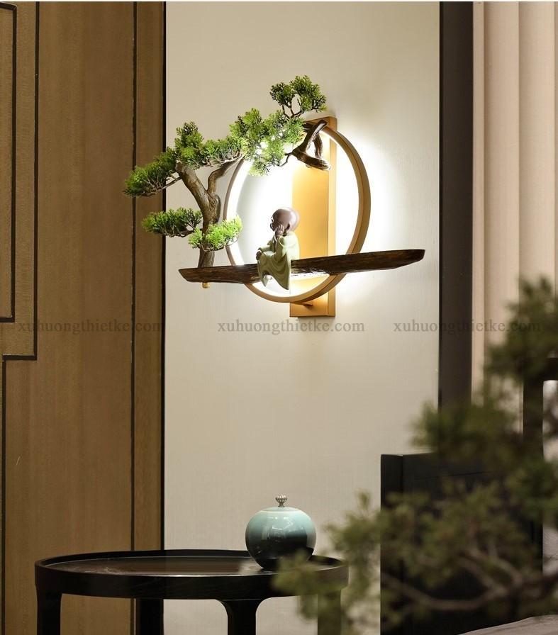 Đèn treo tường tiểu cảnh chú tiểu bên góc bồ đề là một trong những mẫu đèn Phật đẹp trang trí phòng khách, phòng thiền, phòng thờ đầy nghệ thuật