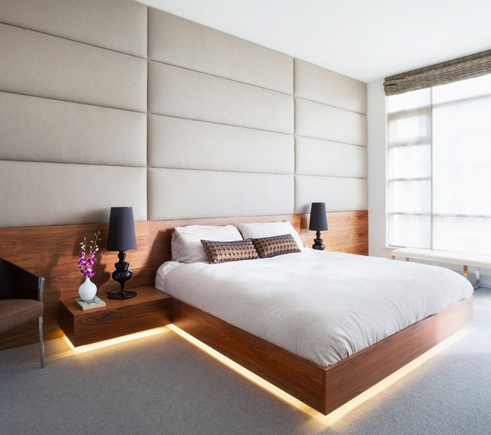 Giường ngủ gỗ tự nhiên cùng với ánh đèn vàng càng làm tăng thêm sự ấm cúng, dễ chịu của căn phòng ngủ này.