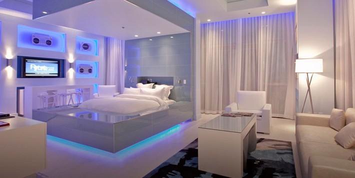 Một gợi ý tuyệt vời cho những ai thích một căn phòng ngủ all white mà vẫn nổi bật bằng việc sử dụng ánh sáng đèn led màu xanh.