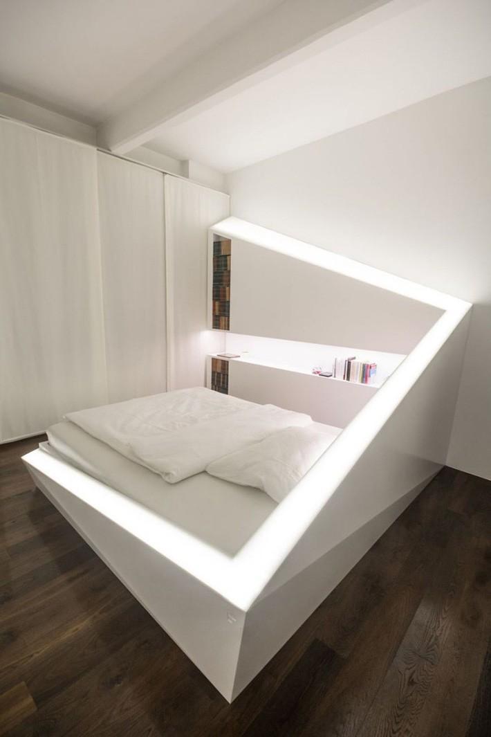 Nhờ có hệ thống đèn led được đặt bao quanh mà chiếc giường ngủ đơn điệu bỗng nổi bật hơn nhiều.