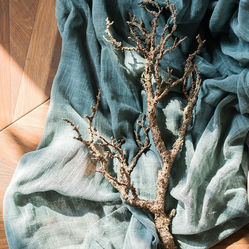 Cành cây gỗ khô là sản phẩm được dùng nhiều trong trang trí.