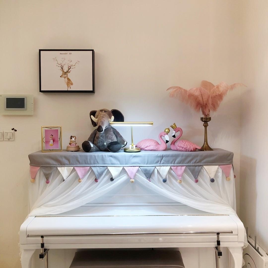 Góc bàn trang trí cùng lông vũ decor và cặp hồng hạc trang trí