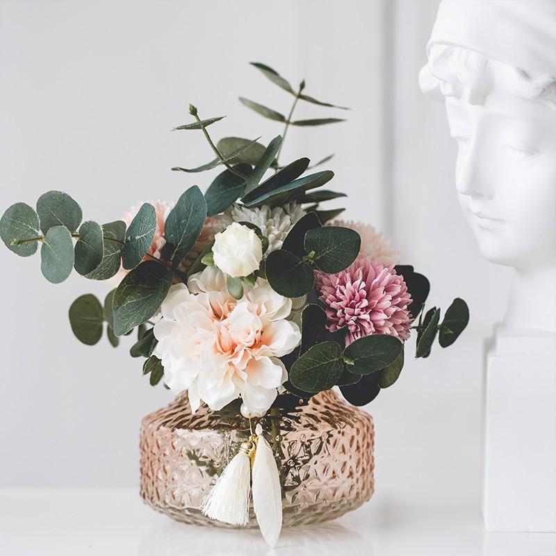 Bình hoa Lilimay trong set cắm cùng lá bạch đàn, hoa cẩm tú cầu.