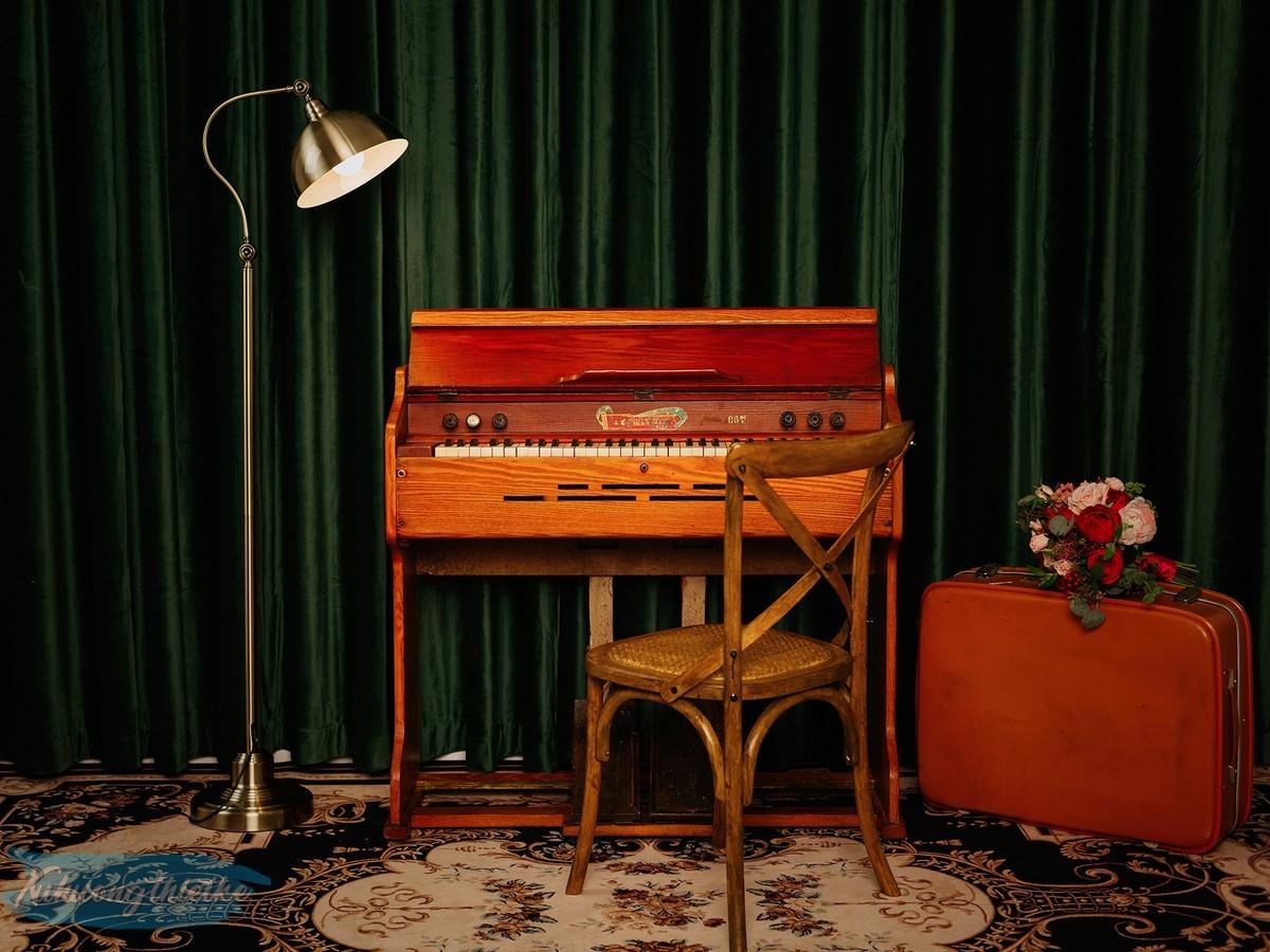 Đèn cây Royal Old Style trong set phối cổ điển theo phong cách mỹ xưa