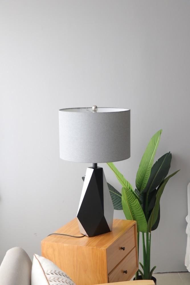 Đèn ngủ Trico cùng cây chuối giả trong trang trí không gian phòng khách (ảnh feedback)