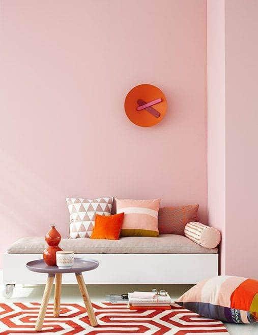 Sự kết hợp hài hòa giữa tông màu hồng và cam trong trang trí
