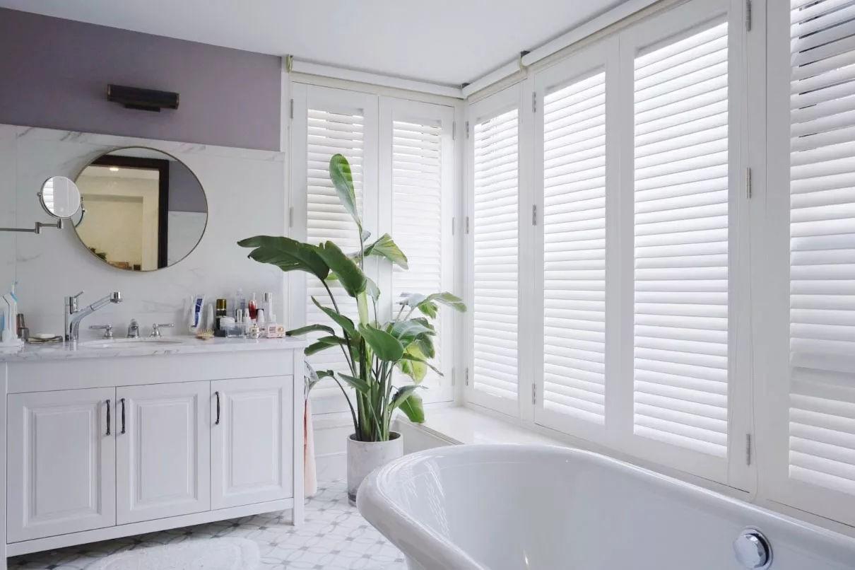 Đầu tư cao cho không gian phòng tắm với tông màu trắng sáng, và sự xuất hiện của đá cẩm thạch