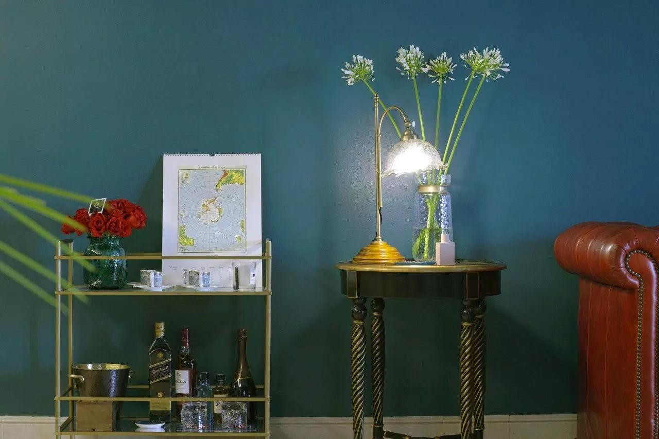 Sự kết hợp giữa tường màu xanh lá và các đồ nội thất vàng gold