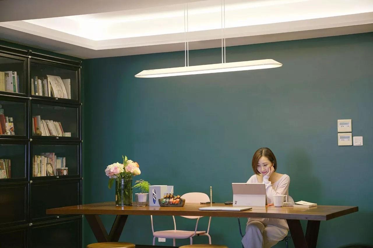Bức tường màu xanh lá đậm có thể làm căn hộ của bạn trong sẫm màu hơn, tuy nhiên hãy sử dụng ánh sáng để làm tốt những điều đó