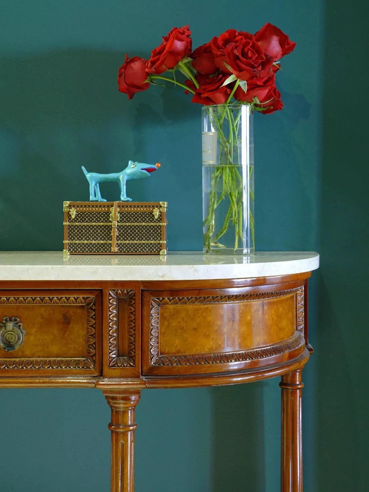 Những đồ nội thất bàn, tủ mang kiểu dáng cổ điển cũng được ưa chuộng sử dụng trong thiết kế căn nhà. Có thể trang tí thêm một số mẫu tượng hay bình hoa trang trí lên bên trên.