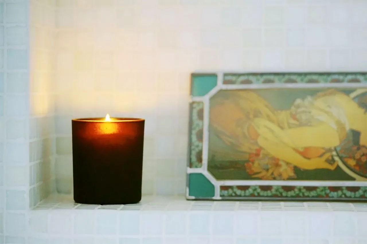 Nến thơm và trầm hương cũng được đặc biệt sử dụng trong căn phòng của Becky Li vì nó giúp cô thư giãn