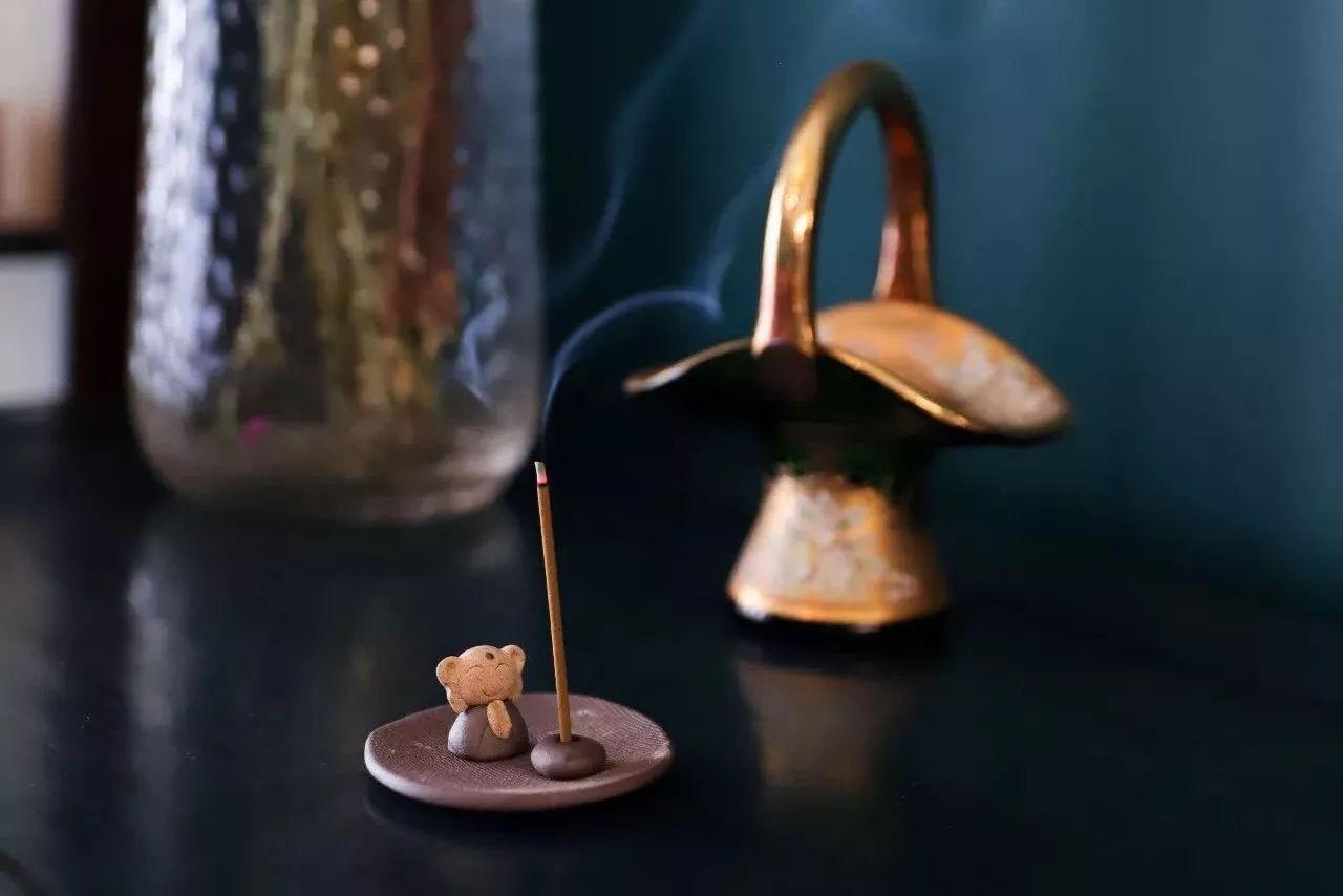 Trầm hương vừa có tác dụng giúp thư giãn, vừa là phụ kiện decor theo phong cách thiền định thư thái
