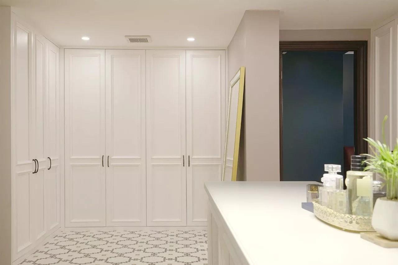 Không gian trắng và hồng của căn phòng thay đồ
