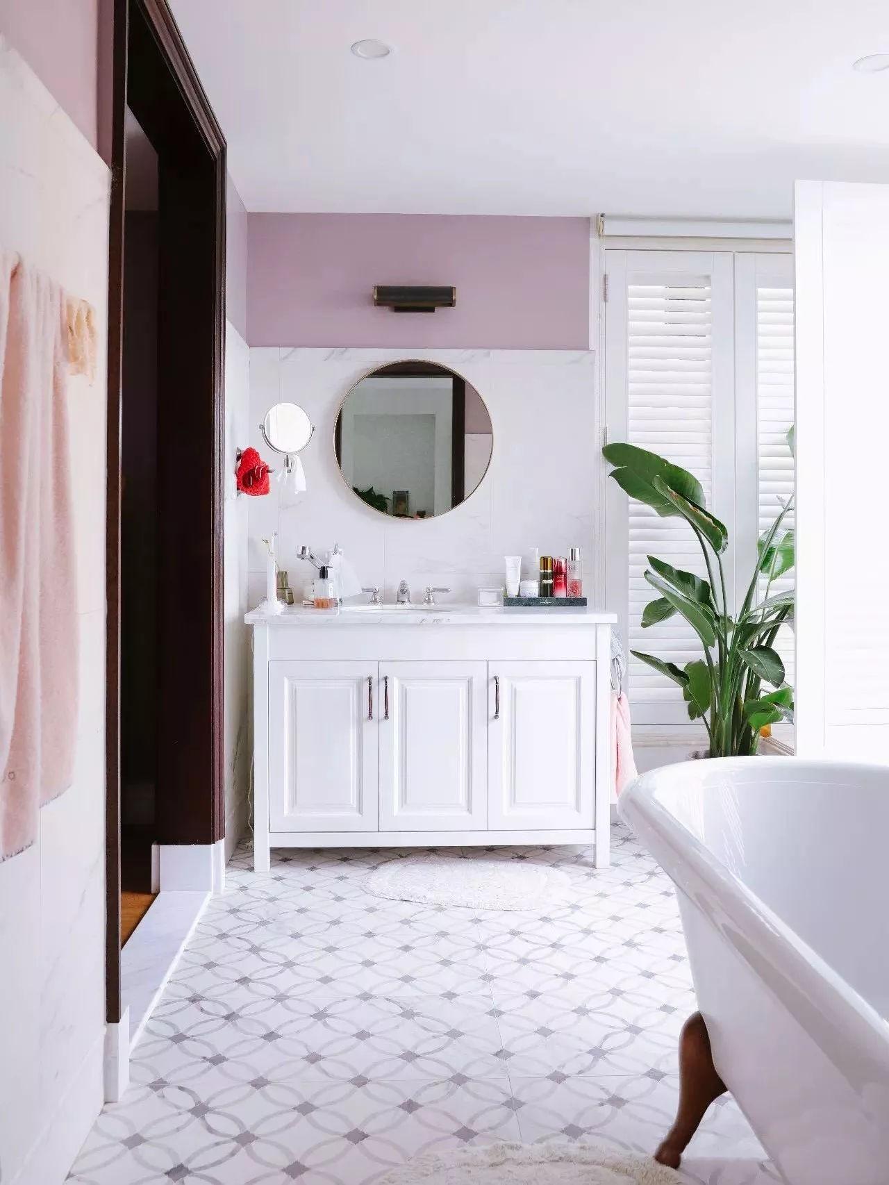 Phòng tắm được trang trí nhã nhặn với tông màu sáng