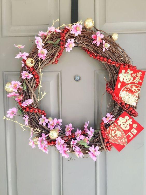 Trang trí vòng hoa treo cửa với phong bao lì xì đỏ