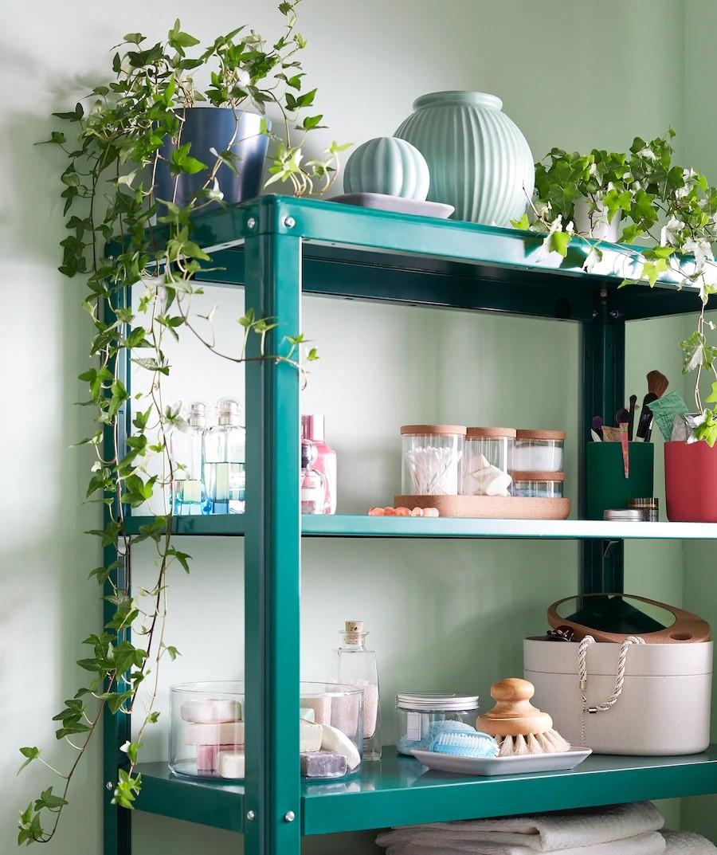 Sử dụng các kệ lưu trữ mỡ sẽ làm thoáng không gian phòng tắm. Thêm các cây xanh giả để lọc khí và mang lại không gian xanh hòa hợp với thiên nhiên