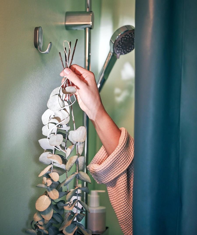 Trang trí vòi sen với nhánh bạch đàn vừa có tác dụng hút ẩm lại vừa tăng vẻ vintage cho không gian