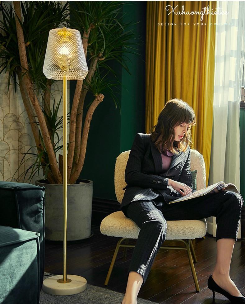Ánh sáng êm dịu của đèn cây Golden Empire còn thích hợp cho việc đọc sách