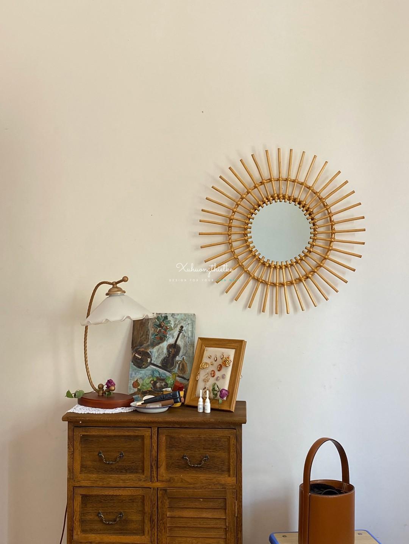 Trang trí không gian với sự kết hợp giữa gương treo tường tròn và các vật dụng cổ điển