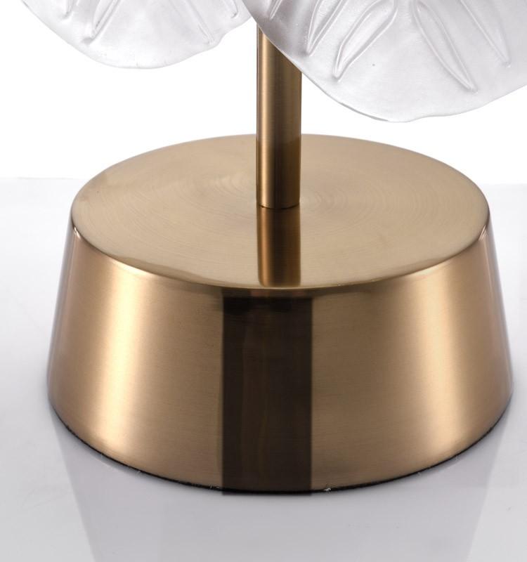 Thân đèn và đế đèn được làm bằng sắt mạ vàng