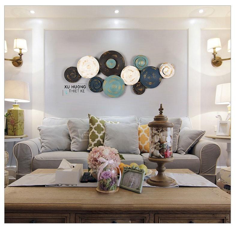 Hình ảnh thực tế trang trí tranh sắt treo tường Circle Magic trong không gian phòng khách